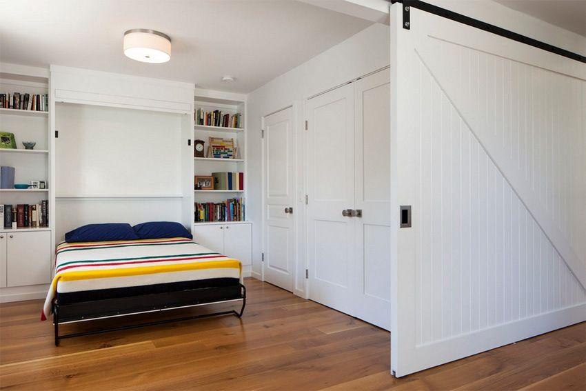 Легкая пластиковая перегородка с роликовым механизмом позволяет создать уютную и расслабляющую атмосферу в спальне