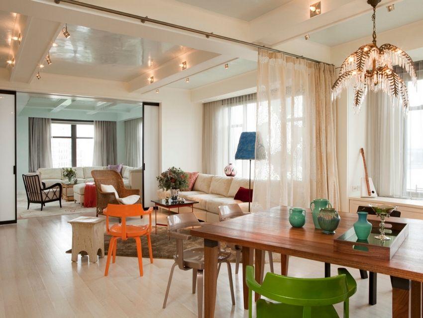 Для зонирования помещения с большой площадью использованы два вида перегородок - раздвижная конструкция и штора-перегородка из ткани