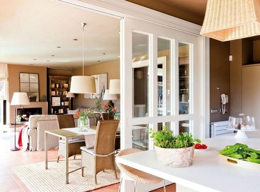 Для устройства современных раздвижных перегородок существует множество различных решений в плане материалов и конструкций, поэтому любой домовладелец сможет подобрать идеально подходящий именно под его интерьер вариант