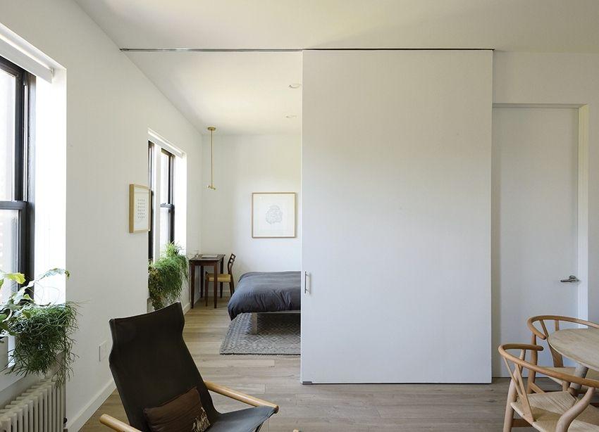 Функциональная перегородка, разделяющая пространство спальной и гостиной, в небольшой городской квартире