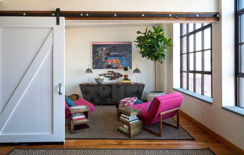 Деревянная перегородка раздвижного типа между спальной комнатой и гостиной