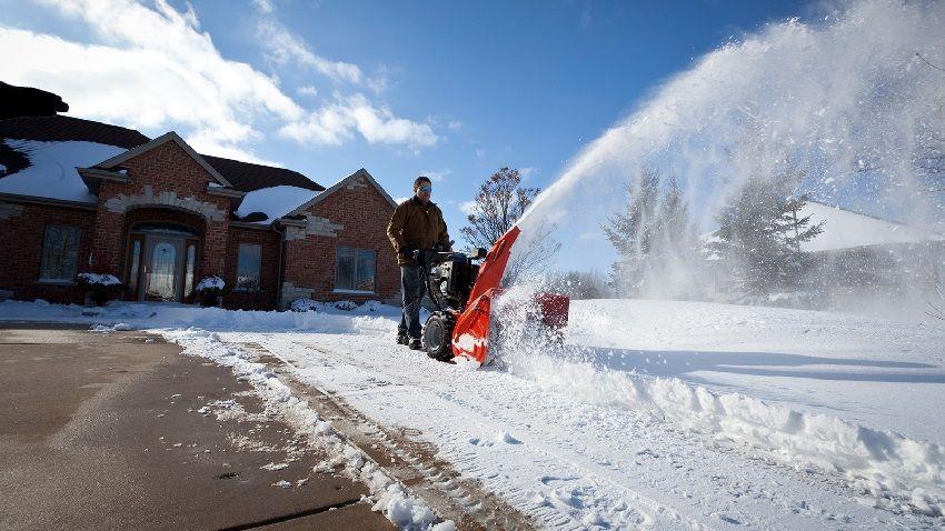 Дальность выброса снега в большей степени зависит от характеристик снегоуборщика и направления ветра