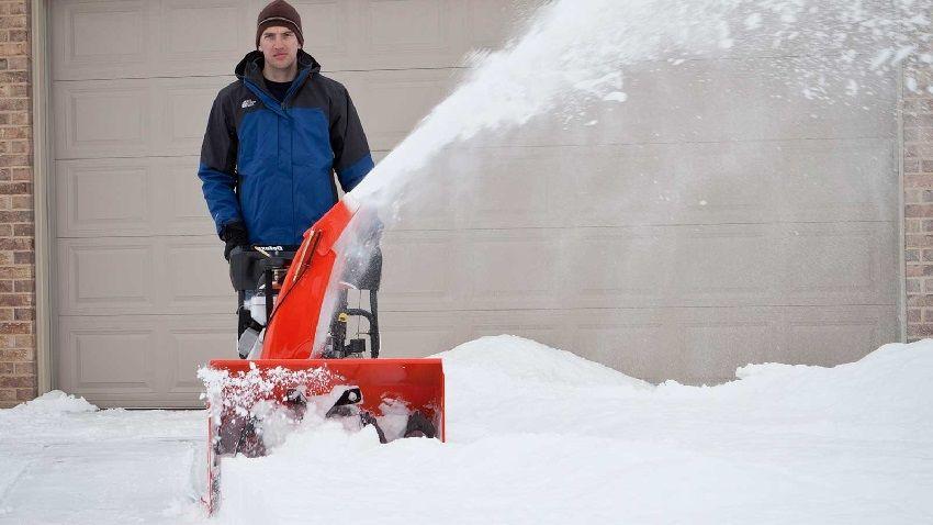 От размеров ковша зависит объем захвата снега, то есть ширина и высота сугроба, который снегоуборщик способен убрать