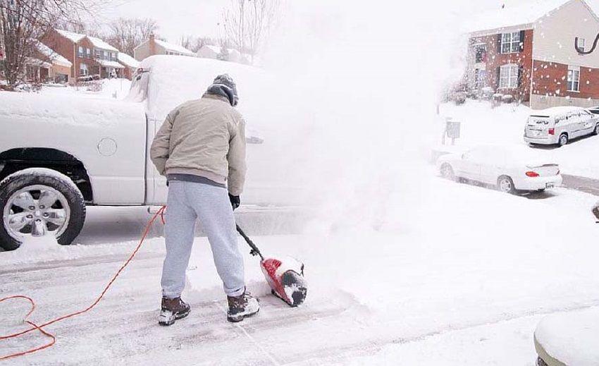 Ручной снегоуборщик в работе