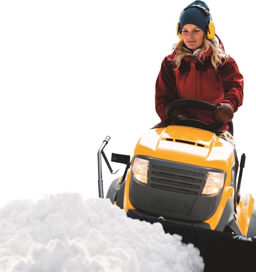 Современная снегоуборочная техника снабжена фарами для ночной работы