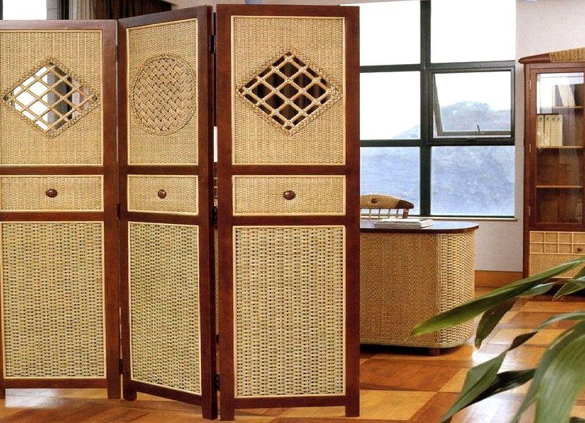 Очень популярны легкие ширмы ротангового или ивового плетения