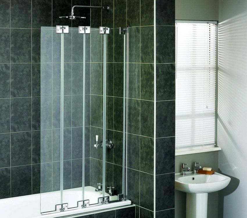 Ширма может использоваться в качестве защиты от влаги в ванной комнате