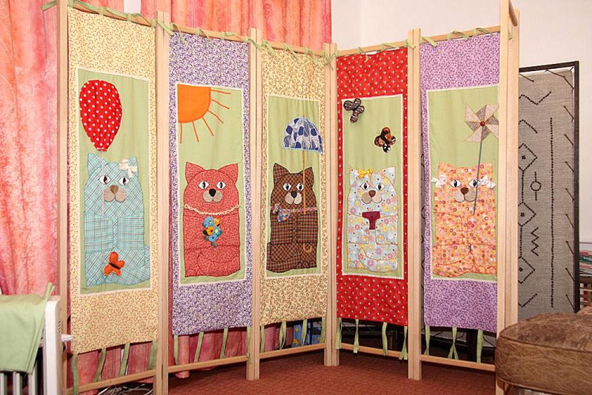 Самодельная ширма из текстиля не только украсит комнату, но и станет в ней полезным дополнением