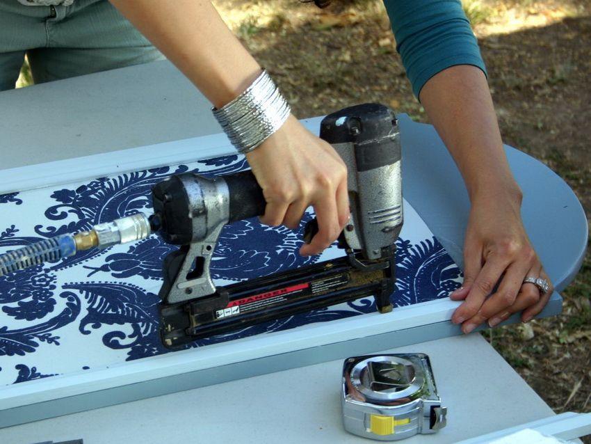 Процесс крепления бумаги к каркасу ширмы