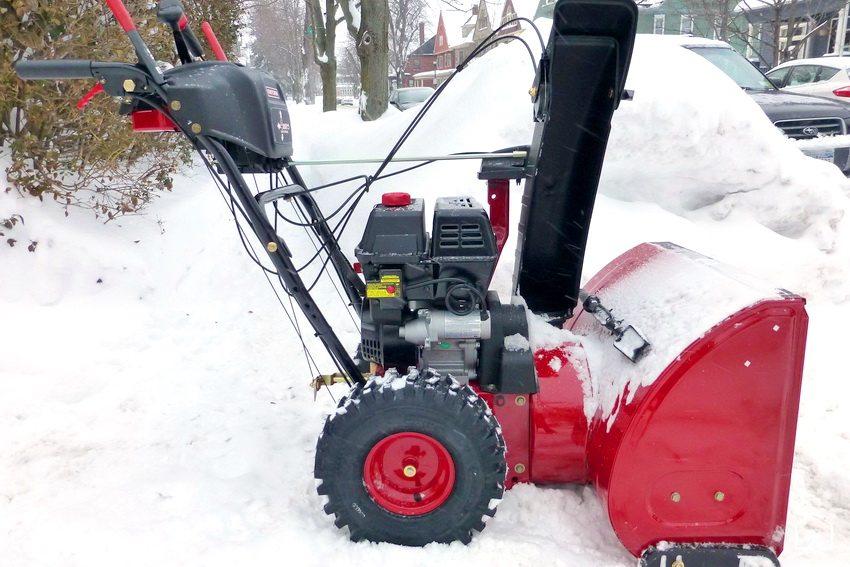Самоходный трехступенчатый снегоуборщик отличается большей мощностью и легко управляем