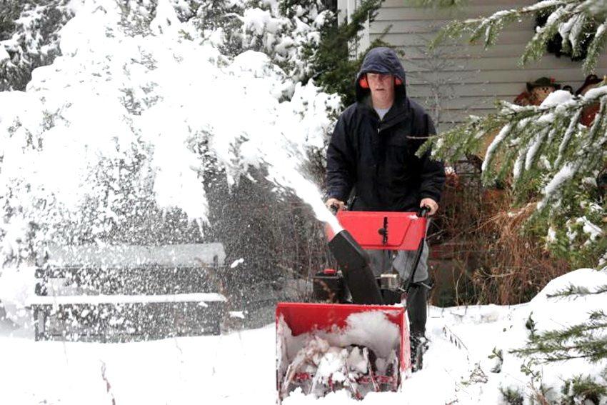 Электрические снегоуборщики бывают самоходного типа и управляемые оператором