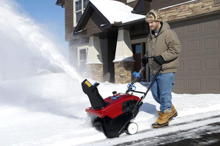 В продаже есть множество различных типов и моделей, потому каждый пользователь найдет для себя подходящий снегоуборщик