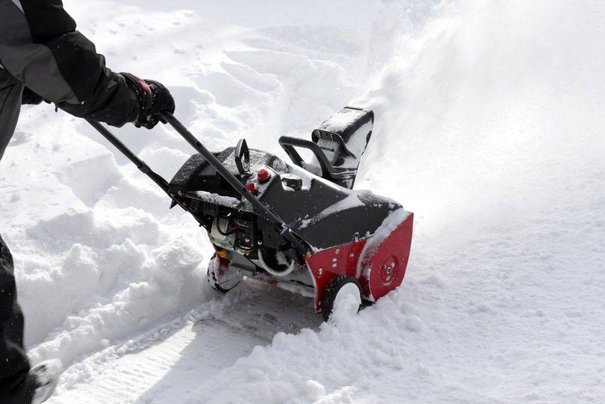Некоторые модели электрических снегоуборщиков оснащены аккумуляторной батареей и не требуют постоянного подключения к сети