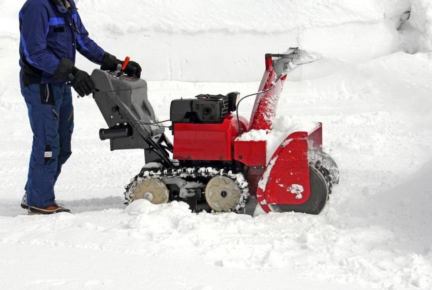 Механизм электрической снегоуборочной машины также нуждается в уходе и соблюдении правил эксплуатации