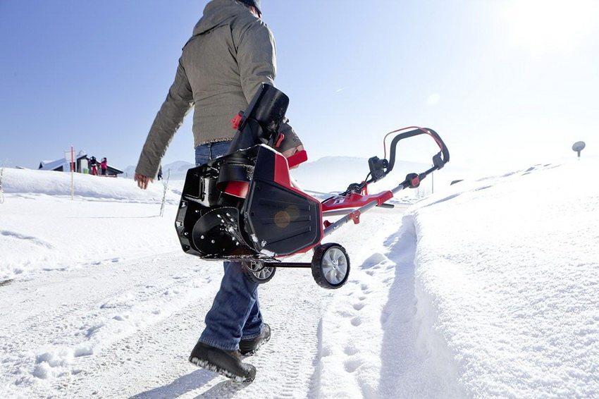 Небольшой вес и удобство в транспортировке - одно из преимуществ электрических снегоочистителей