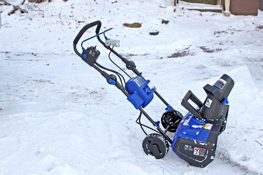 Рекомендуется делать небольшие перерывы в работе, чтобы дать остыть двигателю электрического снегоуборщика