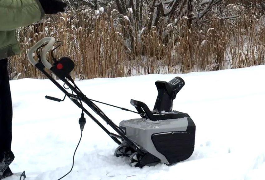 Электрический снегоуборщик Hyundai S 400 в действии