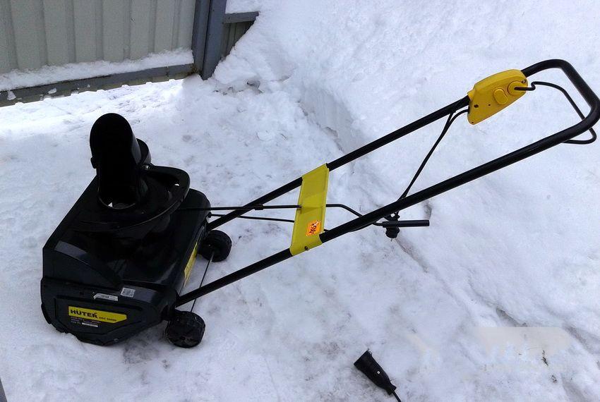 Электрический снегоуборщик Huter SGC 2000e имеет малый вес, благодаря чему очень прост в использовании