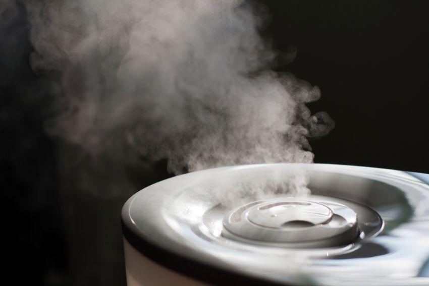 Горячий пар увлажнителя нейтрализует бактерии и аллергены