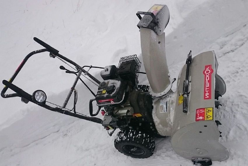 Снегоуборщик Интерскол СМБ-650Э занимает лидирующие позиции среди недорогих бензиновых устройств