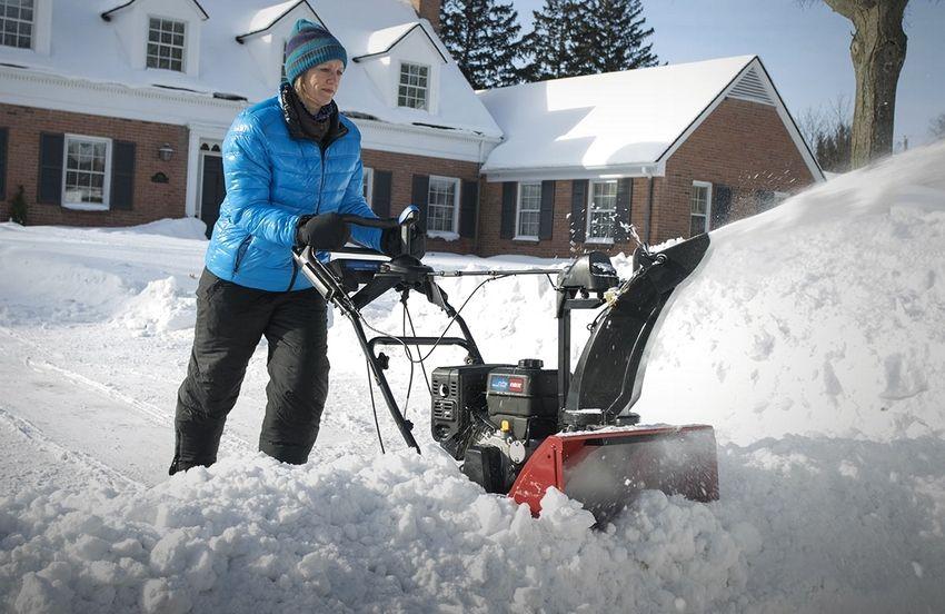 Важным критерием выбора снегоуборщика является мощность бензинового мотора