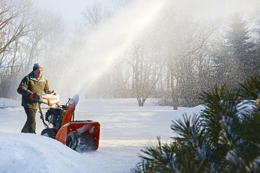Снегоуборочная машина Husqvarna ST 330PT является одновременно мощным, но простым в управлении устройством