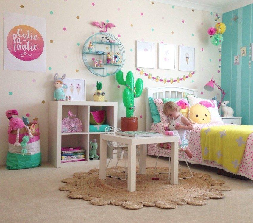 Нарядная бежево-зеленая комната ребенка