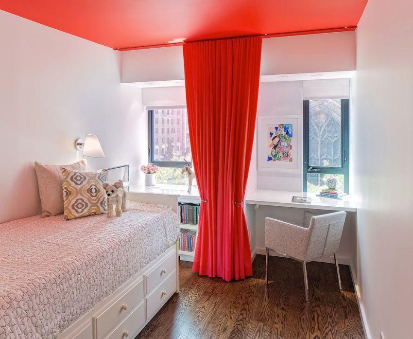 Эффектное сочетание цвета потолка и штор в комнате