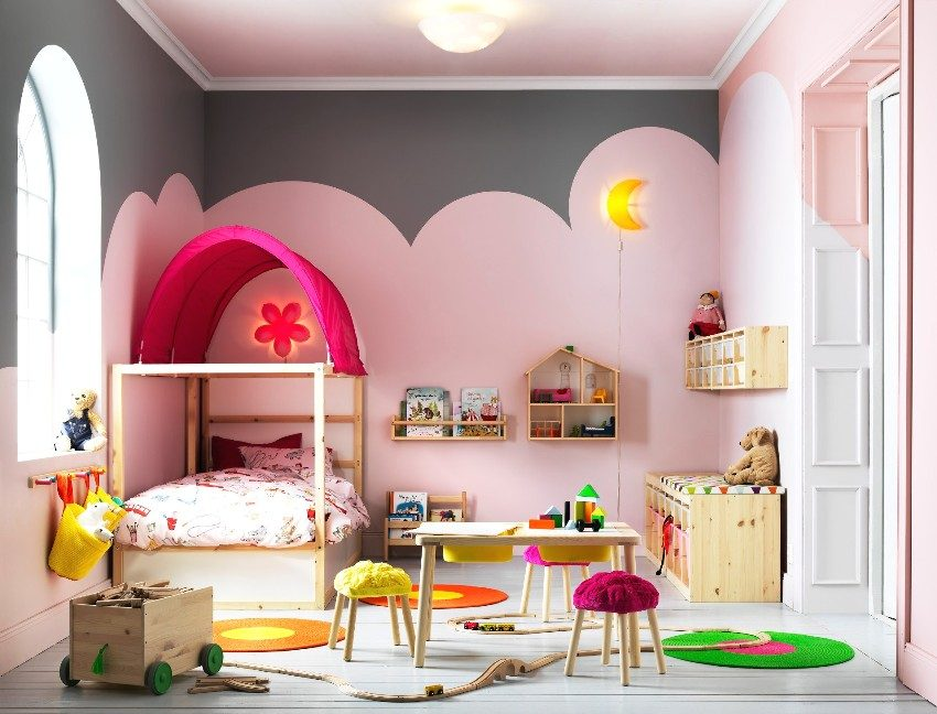 Мебель для детской изготовлена из экологически чистой древесины