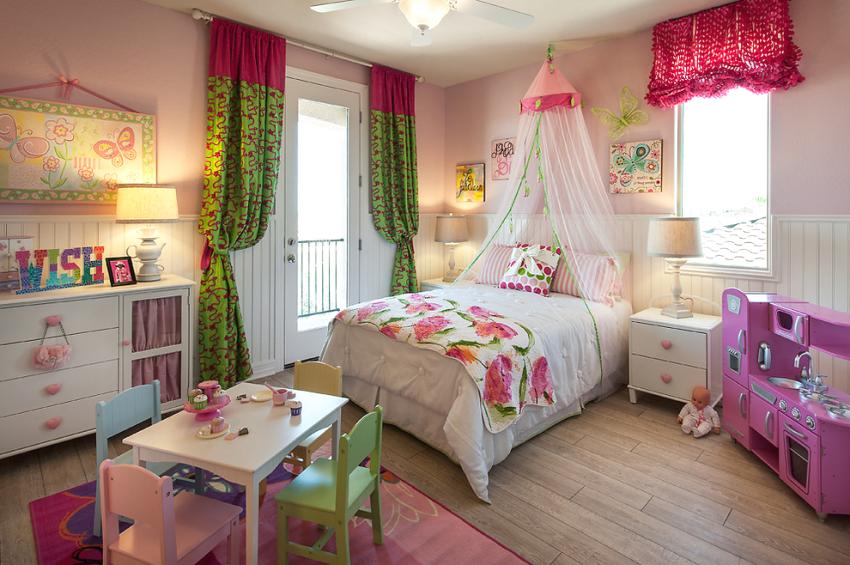 Спальня ребенка оформлена в стиле сказочного королевства