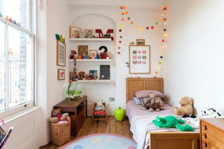 Открытые ниши с полками для хранения игрушек в детской