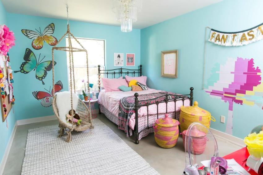 Детская комната с оборудованными подвесными качелями