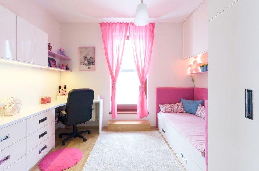 Белая глянцевая мебель в детской комнате
