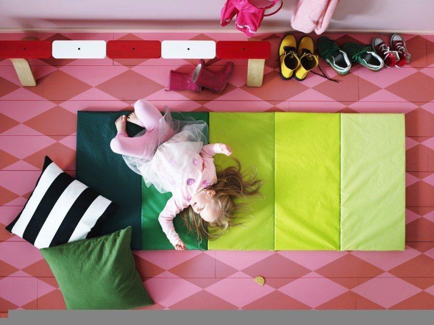 Ребенок часто играет на полу, поэтому он должен быть теплым