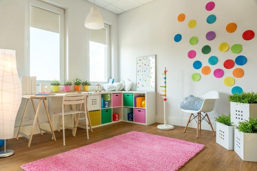 Украсить комнату можно с помощью фигур из разноветного картона