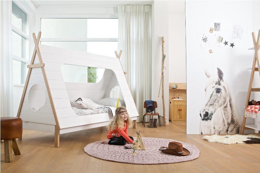 Зонирование комнаты девочки с помощью переносной перегородки