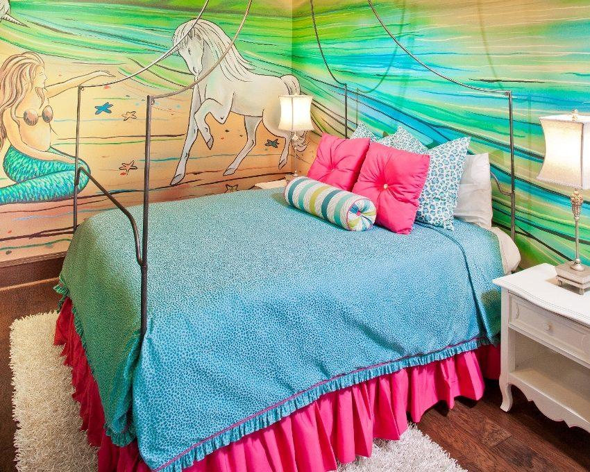 Рисунок, созданный жидкими обоями на стенах в детской комнате