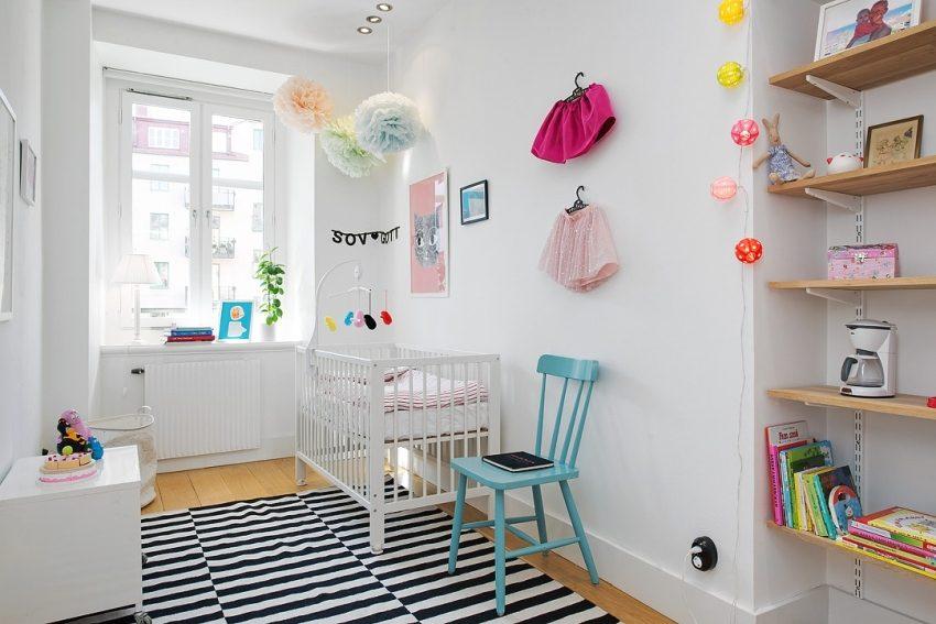 В комнате младенца необходимо поставить стул или кресло для родителей