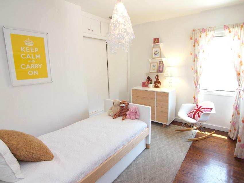 Светлые тона мебели и отделочных материалов визуально расширят помещение