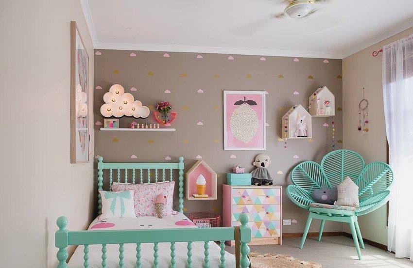 Красивое сочетание зеленой мебели и бежевой отделки стен