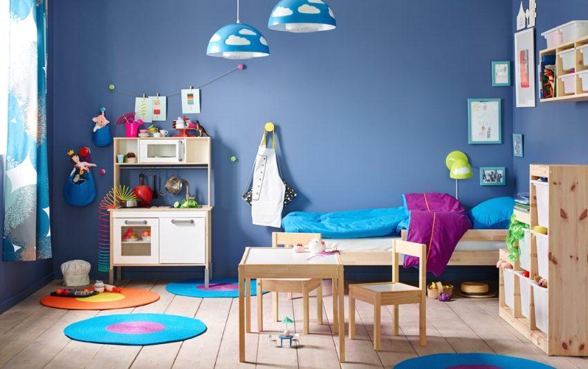Яркие голубые стены в оформлении детской комнаты