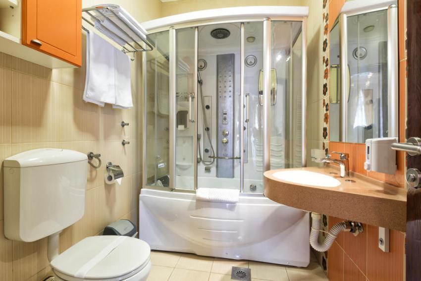 Гидробокс в маленькой ванной комнате