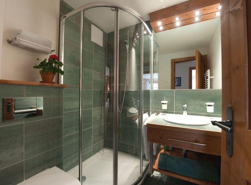 Маленькая ванная комната с установленной душевой кабиной
