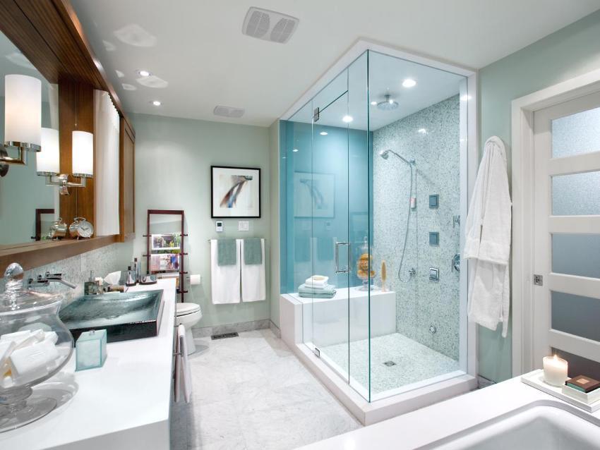 Прямоугольная кабина закрытого типа в оформлении дизайна ванной комнаты
