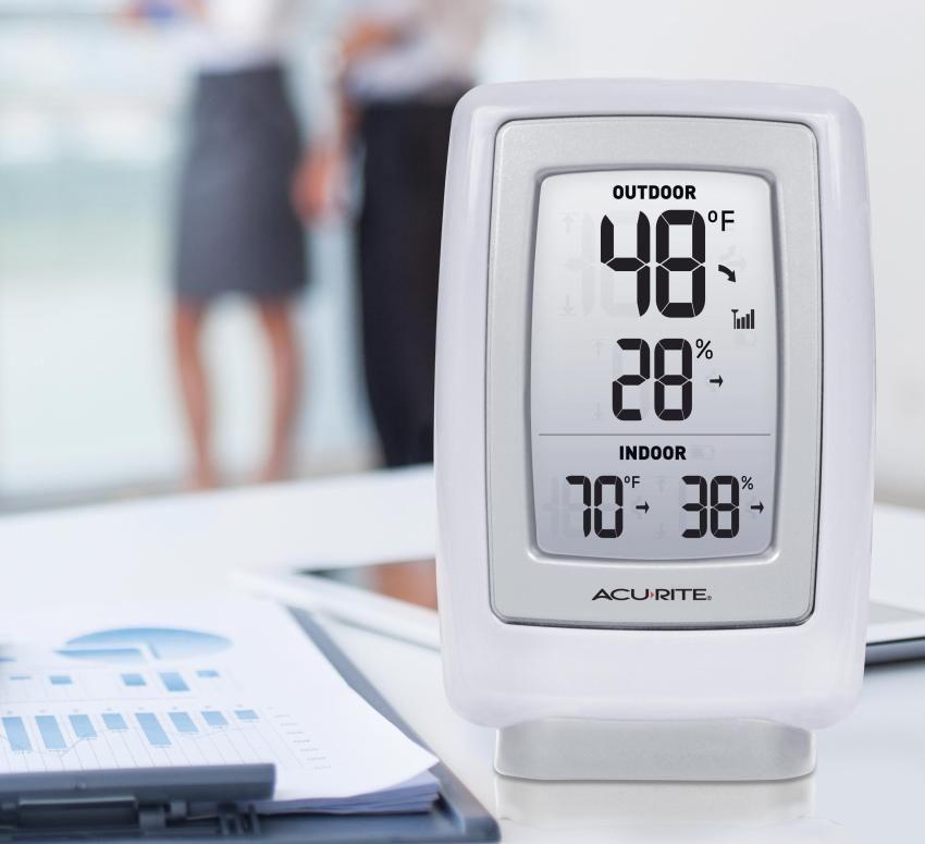 Электронный гигрометр, показывающий влажность воздуха внутри и снаружи помещения