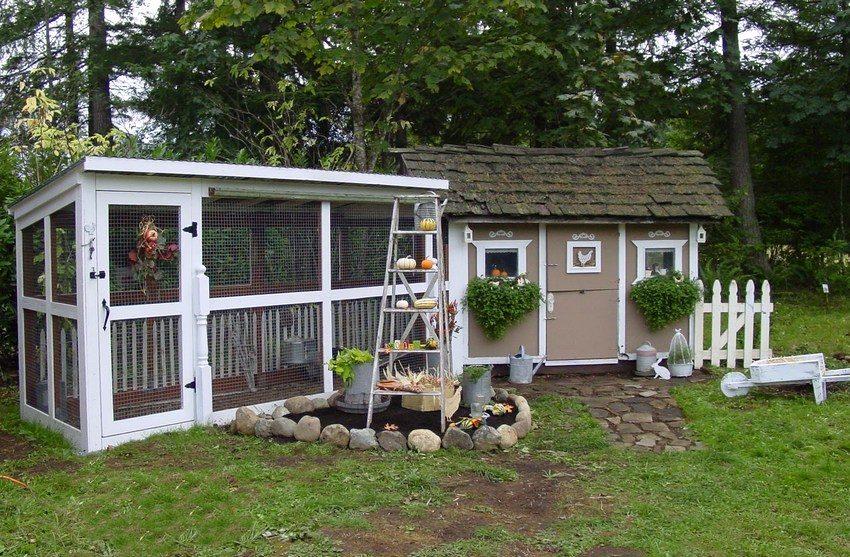 После окончания основного строительства необходимы отделочные работы, благодаря которым курятник может стать украшением вашего двора