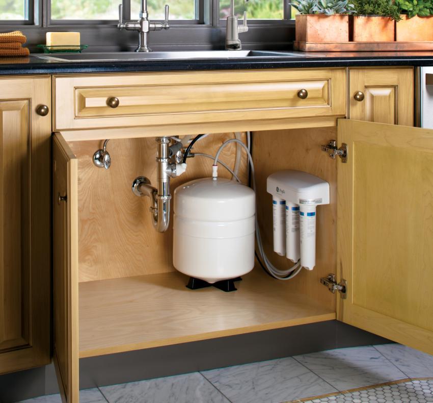 Фильтр для очистки воды, установленный под кухонной мойкой