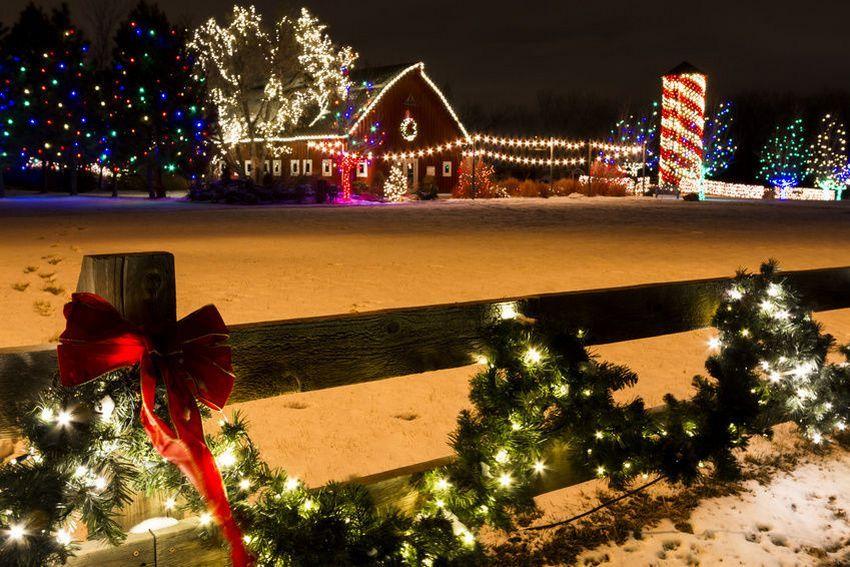 Деревянный забор частного дома декорирован созданной своими руками светодиодной гирляндой на 220В