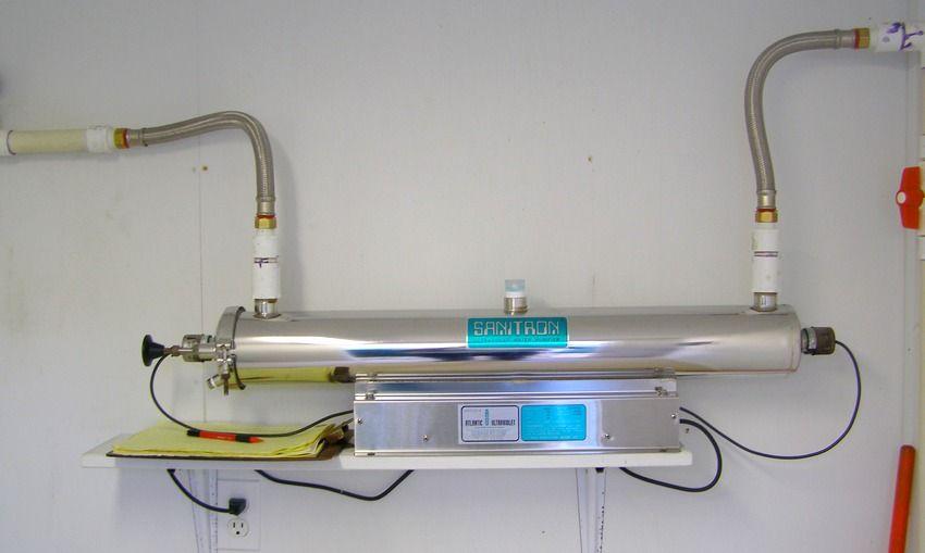 Прибор с ультрафиолетовой лампой, подключенный к системе водопровода