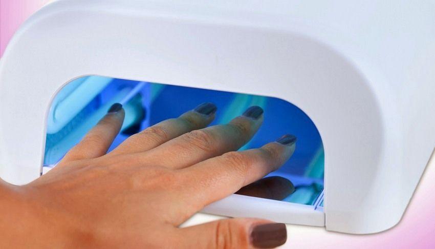 Ультрафиолетовая лампа для сушки ногтей во время процедуры маникюра